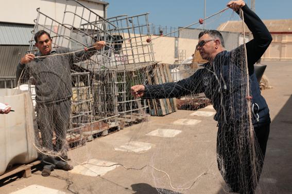 A la dreta de la foto, Ramón Campillo; a l'esquerra, Fernando Escrivà:els mestres proveïdors de paraules que ens varen acompanyar en la visita al port, el nostre Grau en majúscules.