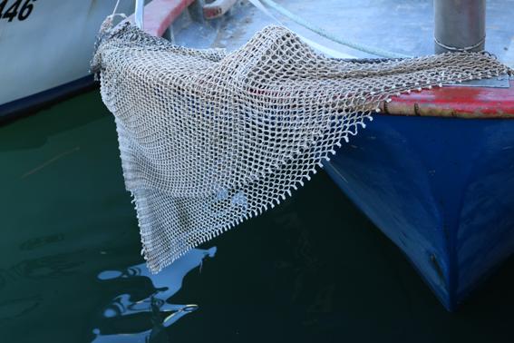 M'encanta aquesta foto. És un fragment retallat de la xarxa procedent d'una barca de bou, que s'utilitza en aquest cas per protegir l'orla (o barana) d'aquesta embarcació dels possibles colps dels «cadufos» (o «catúfols»: de l'àrab qadûs 'galleda', pres del llatí cadus 'gerro, barril') amb què es pesquen els polps.